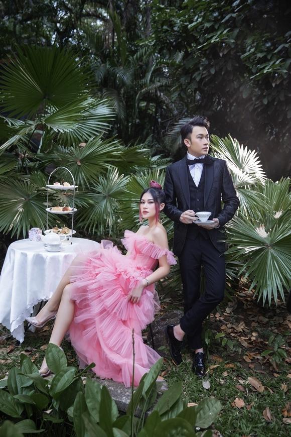 Trong không gian ngập màu xanh cây lá, Dương Triệu Vũ và Ngọc Thanh Tâm thực hiện những bức ảnh với concept thượng lưu.