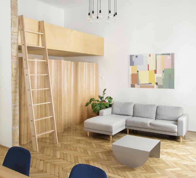 Nhóm kiến trúc sư của Studio Nomad cho biết căn hộ 60 m2nằm trong tòa nhà đã được xây dựng từ thế kỷ trước. Khi gia chủ bày tỏ nguyện vọng cải tạo nhà, nhóm kiến trúc sư tư vấn về việc giải phóng các không gian của căn hộ, giúp tạo sự liền mạch trong thiết kế, lưu thông không khí.