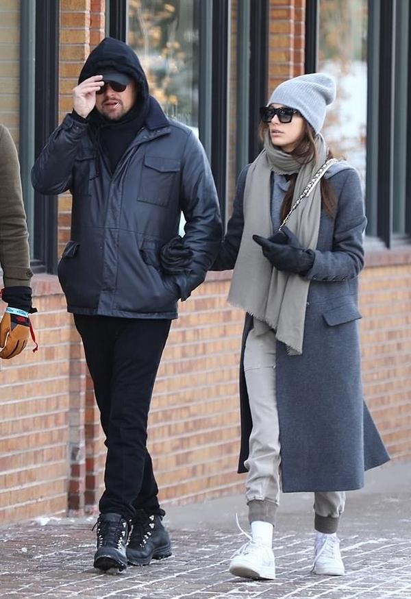 Người mẫu kiêm diễn viên Camila Morrone khoác tay Leo tản bộ trên đường phố Aspen, Colorado.
