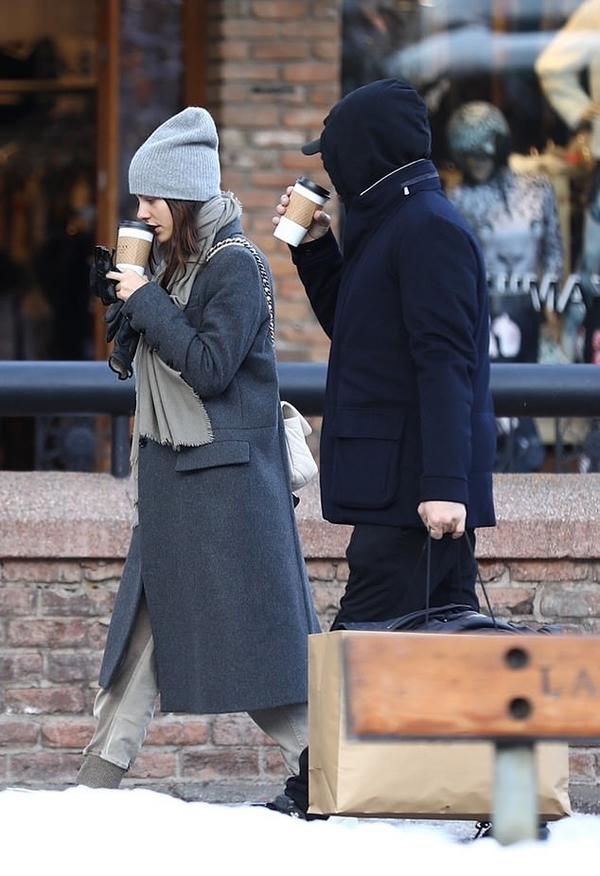Leonardo DiCaprio che kín mít với mũ áo và mũ lưỡi chai.