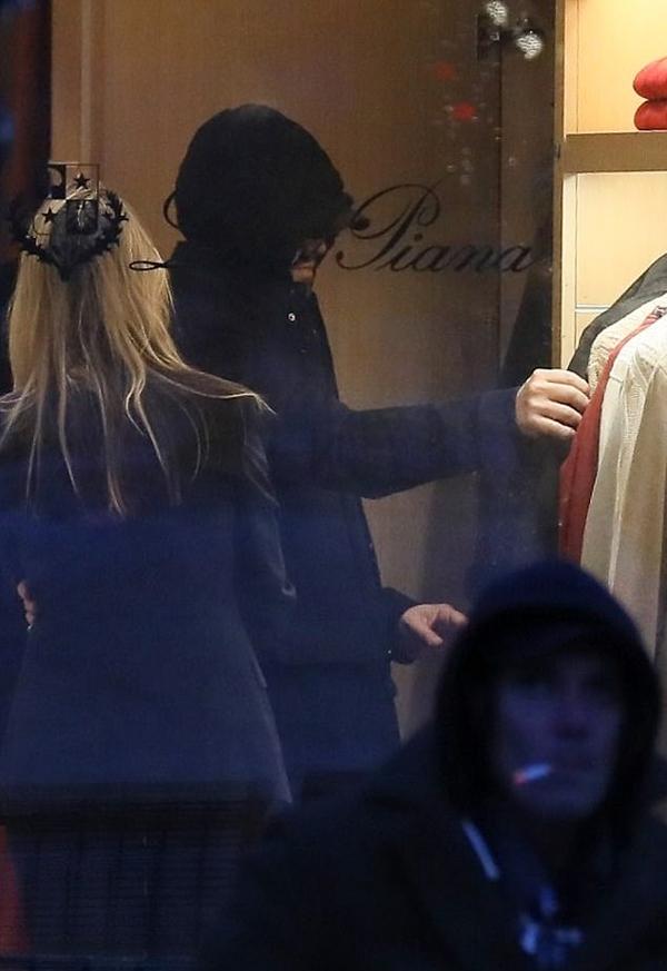 Khi vào trong cửa hàng chọn đồ, tài tử đoạt giải Oscar vẫn để nguyên mũ áo.
