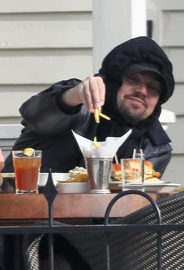 Leonardo DiCaprio và bạn gái tới quán đồ ăn nhanh vào buổi trưa.
