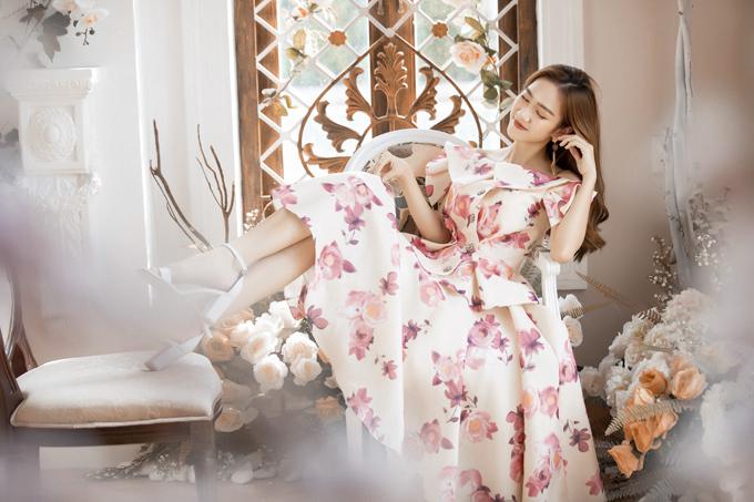 Váy tùng xòe cổ điển ảnh hưởng từ phong cách thời trang 1960 dành cho các bạn gái thích sự điệu đà và yêu style công chúa.