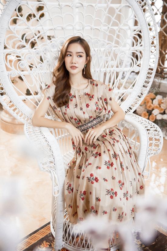 Bộ sưu tập giới thiệu nhiều mẫu đầm xòe, đầm thắt eo trang trí họa tiết hoa lá tươi màu báo hiệu không khí mùa xuân đang cận kề.