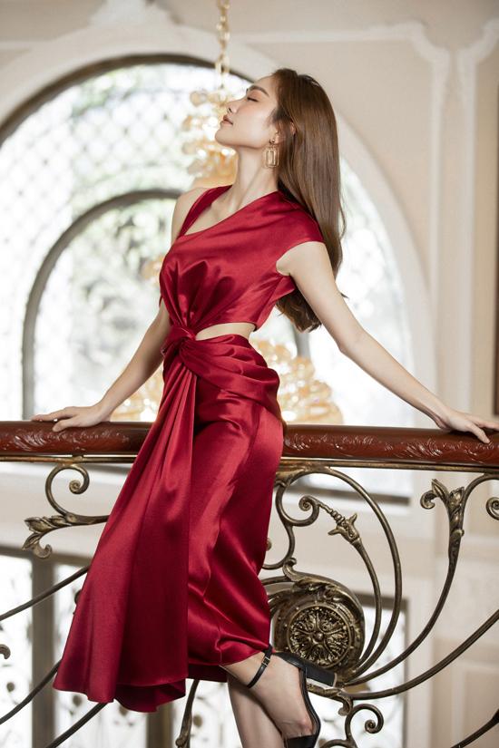 Các mẫu thiết kế với sắc màu nổi bật, kiểu dáng sexy phù hợp với những buổi tiệc đón giáng sinh, chào năm mới.