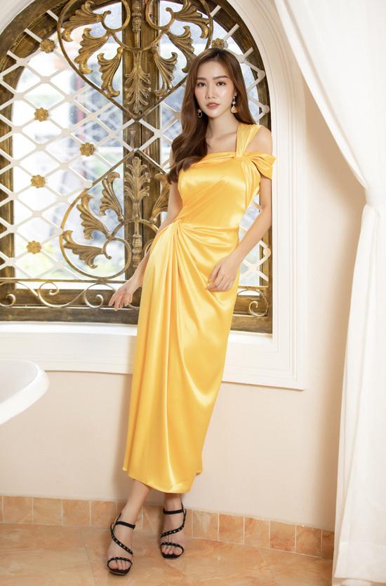 Vải lụabóng bẩy với những gam màu tươi sáng như đỏ, vàng, xanh đậm... sẽ khiến phái đẹp trở nên cuốn hút hơn khi hòa mình vào không khí lễ hội cuối năm.