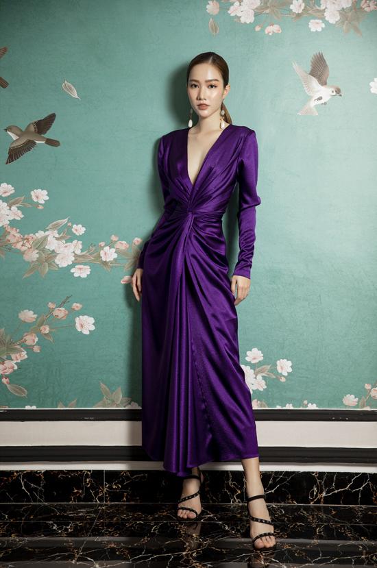 Trong loạt váy áo dành cho mùa mới, Lê Thanh Hòa tận dụng kỹ thuật xoắn vải để mang tới điểm nhấn độc đáo cho đầm liền thân.