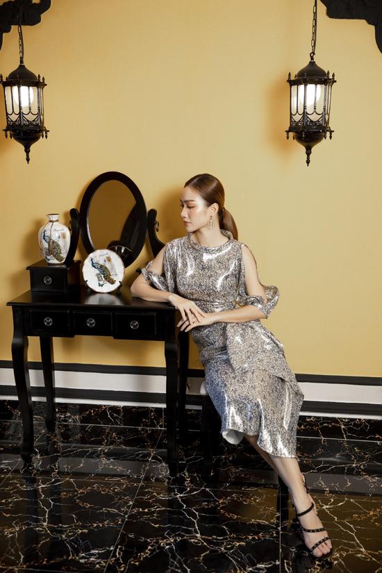 Váy đi tiệc cho chị em công sở được thể hiện đa dạng từ màu sắc, họa tiết cho đến phần xử lý phom dáng.