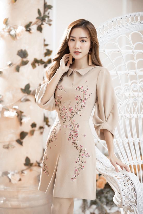 Sau khi lăng xê các kiểu váy ánh kim phù hợp với tiệc tối mừng giáng sinh, nhà mốt Việt giới thiệu thêm nhiều kiểu đầm hoa tôn nét nữ tính.
