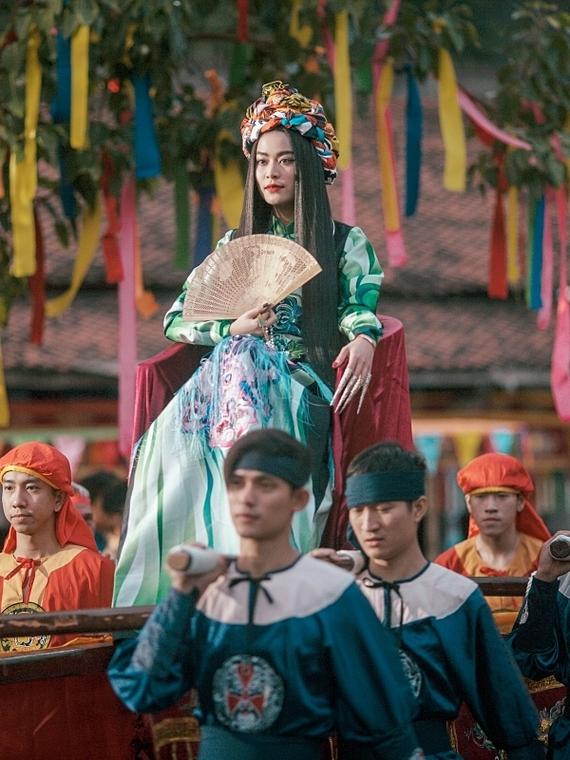 Hình ảnh này khiến khán giả liên tưởng đến chính Hoàng Thuỳ Linh, bởi sau hơn 12 năm xảy ra biến cố, cô vượt qua mọi định kiến, dèm phà và khẳng định bản thân ở vai trò một ca sĩ chuyên nghiệp, thoả sức với đam mê.