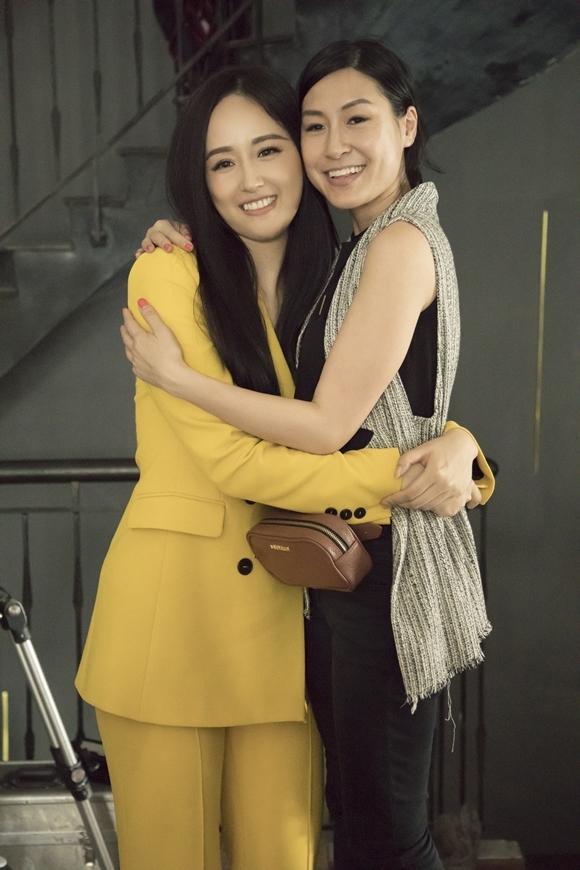 Hoa hậu Việt Nam 2006 ôm đạo diễn Kathy Uyên thân thiết trên trường quay.