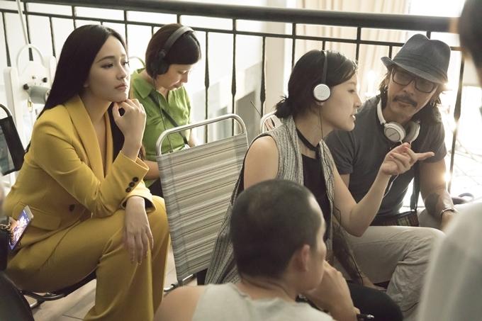 Mai Phương Thúy đến đoàn phim trong ngày khai máy hồi giữa tháng 4, ngồi phía sau đạo diễn và nhà sản xuất, quan sátcác diễn viên diễn xuất qua màn hình.