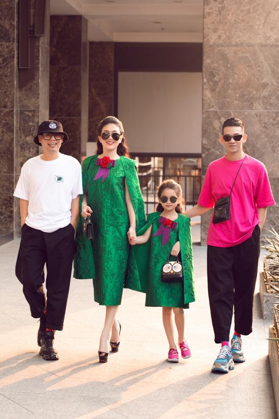 Hai nhà thiết kế và mẹ con Thu Hàng có mặt tư vấn cho buổi chụp hình