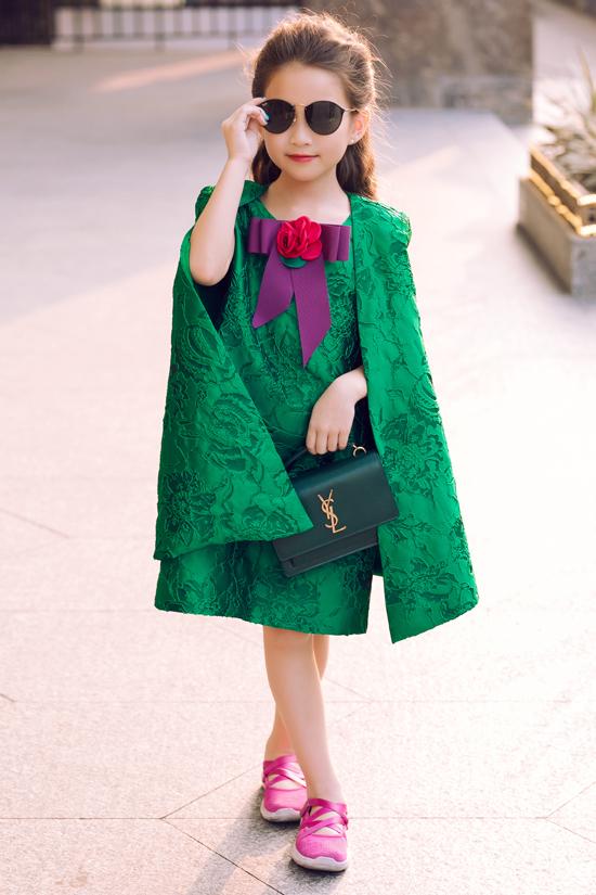 Trang phục trang trí áo choàng cape thường mang tới nét sang chảnh cho phái đẹp. Khi được thực hiện cho dòng thời trang trẻ em chúng lại khiến các nhóc tỳ trở nên đáng yêu hơn.