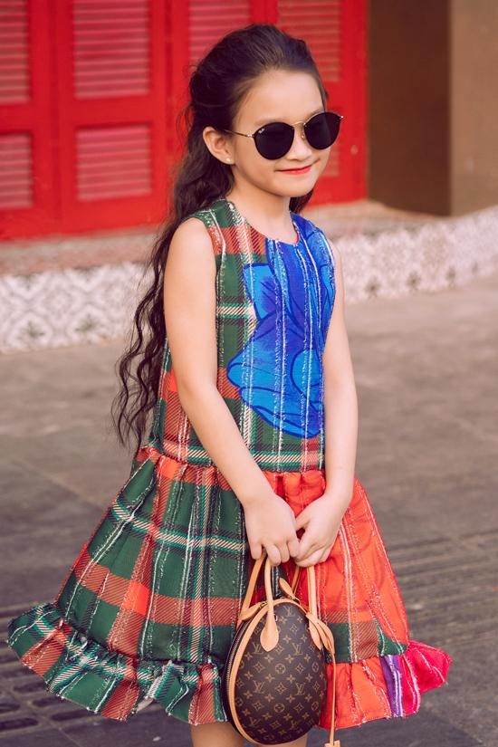 Vải in họa tiết bắt mắt được sử dụng tạo nên mẫu đầm hạ eo để tôn nét đáng yêu cho bé gái.