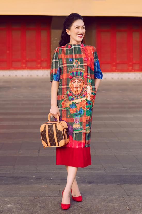 Váy suông dáng dài dành cho các bà mẹ trẻ được trang trí họa tiết cờ vua trên nền vải ca rô nổi bật.