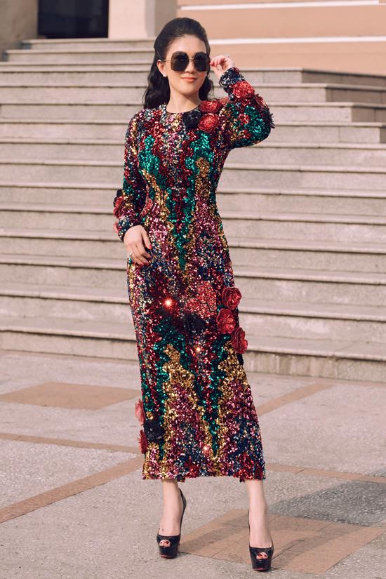 Thiết kế đầm sequins ngũ sắc phù hợp với những buổi tiệc tối. Hiệu ứng phản quang từ chất liệu độc đáo sẽ giúp người mặc nổi bật trong không gian ấm cúng của tiệc Noel.