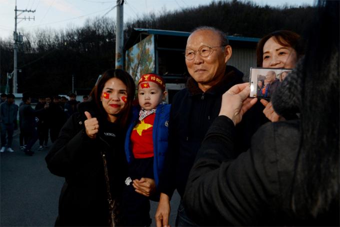 Người hâm mộ tranh thủ xin chụp ảnh cùng HLV tuyển Việt Nam.