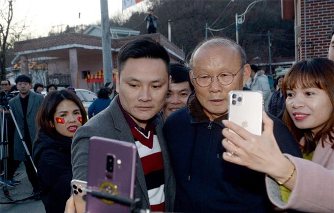 Sau đó, ông Park chia tay mẹđể cùng U23 Việt Nam tiếp tục tham dự một số sự kiện tại địa phương.