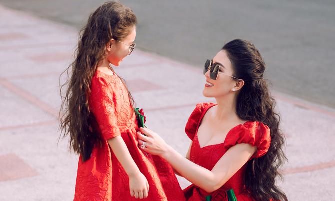 Cùng với dòng trang phục dạ tiệc cao cấp dành cho phái đẹp, hai nhà thiết kế Vũ Ngọc và Son còn dành nhiều tâm huyết ở sản phẩm dành cho mẹ và bé.