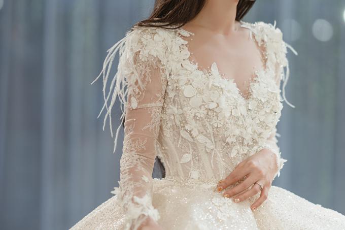 NTK sử dụng kỹ thuật dựng phom corset với 11 nẹp lụa dọc thân để tạo điểm nhấn cho vòng eo 58 cm của cô dâu.
