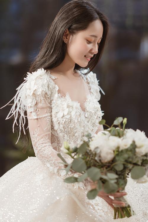 Chiếc váy cưới của Cẩm Tú là thiết kế thứ 6 trong bộ sưu tập Haute Couture của NTK Phương Linh với chất liệu 100% nhập Pháp. Lông vũ và vải ren dệt cùng sợi đá là những chất liệu đón đầu xu hướng thời trang cưới 2020.