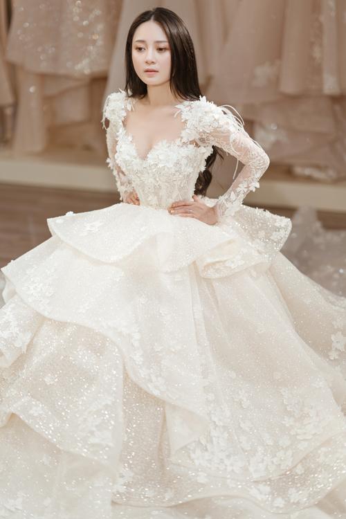 Tùng váy xòe bồng bềnh được tạo thành từ nhiều layers.