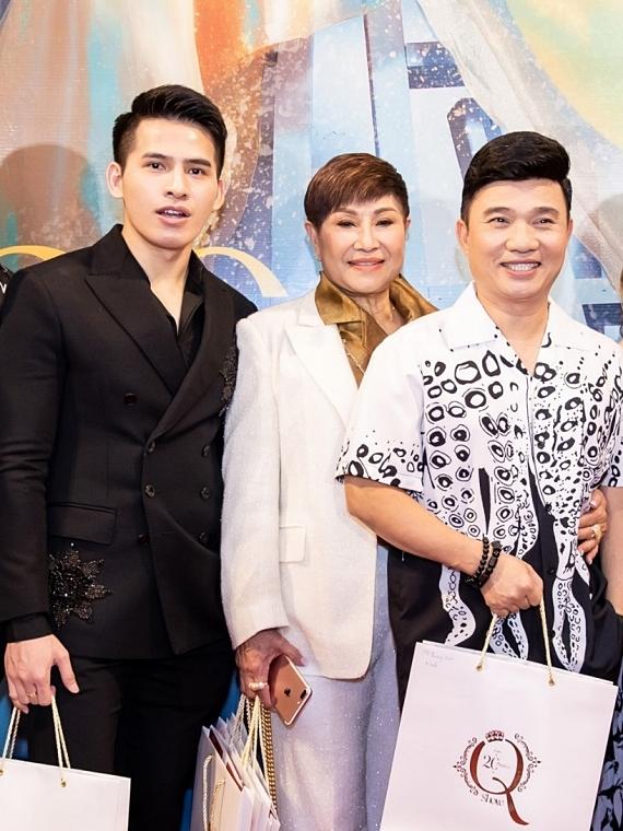 Ca sĩ Quang Linh (phải) hội ngộ