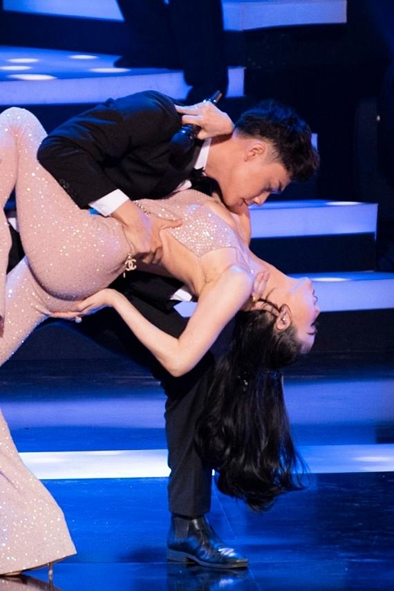 Cô cũng khoe vũ đạo cùng các vũ công nam, tạo điểm nhấn cho chương trình.