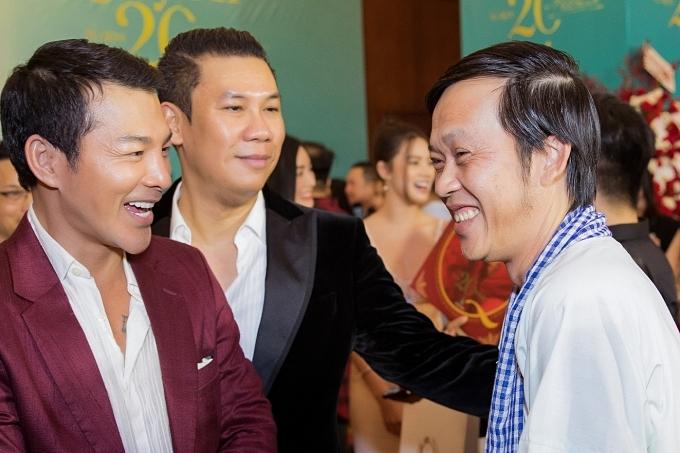 Nam nghệ sĩ vui vẻ hội ngộ diễn viên Trần Bảo Sơn (trái) và chồng ca sĩ Lệ Quyên (giau74).
