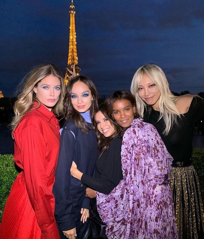 Thiên thần Victoria Secrect Doutzen Kroes (áo đỏ) hẹn hò cùng các người mẫu khác sau show diễn ở Paris.[Caption]