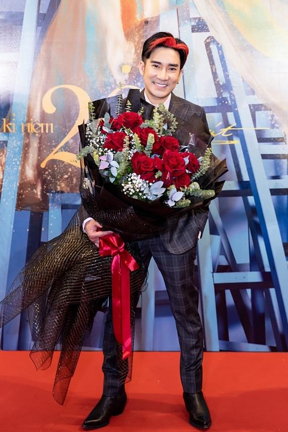 Ca sĩ Quang Hà chuẩn bị bó hoa bày tỏ tình cảm yêu mến với Lệ Quyên.