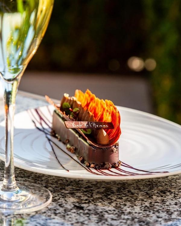 Thực đơn dựa trên ẩm thực Pháp truyền thống, chủ yếu do đầu bếp Michellin thiết kế. Các món ăn trình bày chỉn chu, đẹp mắt, nhất là món tráng miệng trông như một tác phẩm nghệ thuật. Nhà hàng gợi ý, tôm nấu kiểu Thái, cá ngừ Tataki ăn chung với chanh yuzu và wasabi lý tưởng để khai vị. Món chính đinh nhất của nhà hàng là cá vược hoang dã và pillet thăn thịt bò. Còn tráng miệng bằng chocolate là chuẩn.