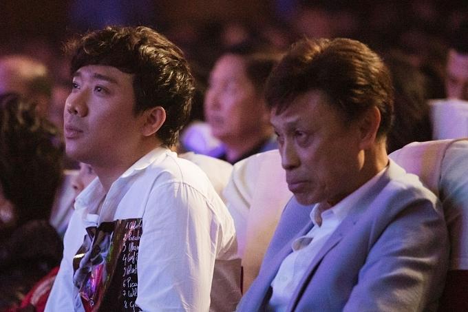 Ca sĩ Tuấn Ngọc (phải) và MC Trấn Thành ngồi đến gần giữa đêm để theo dõi trọn vẹn liveshow kỷ niệm 20 năm ca hát của Lệ Quyên.