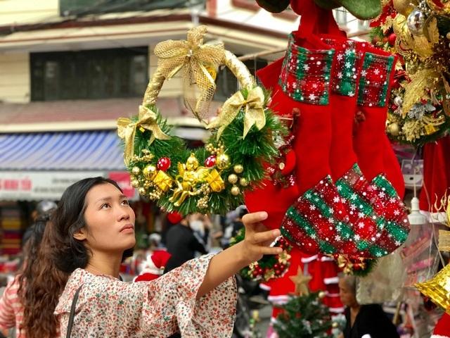 Cách giáng sinh ít ngày lượng khách đổ về Hàng Mã mua đồ trang trí giáng sinh ngày càng đông. Ảnh: Nguyễn Ngoan