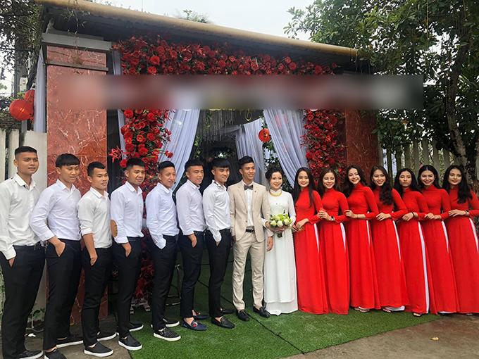 Trong ngày trọng đại, Nhật Linh diện áo dài trắng còn dàn phù dâu diện áo dài đỏ. Chú rể lịch lãm với bộ suit màu trắng kem. Ảnh: Tuấn Tâyy