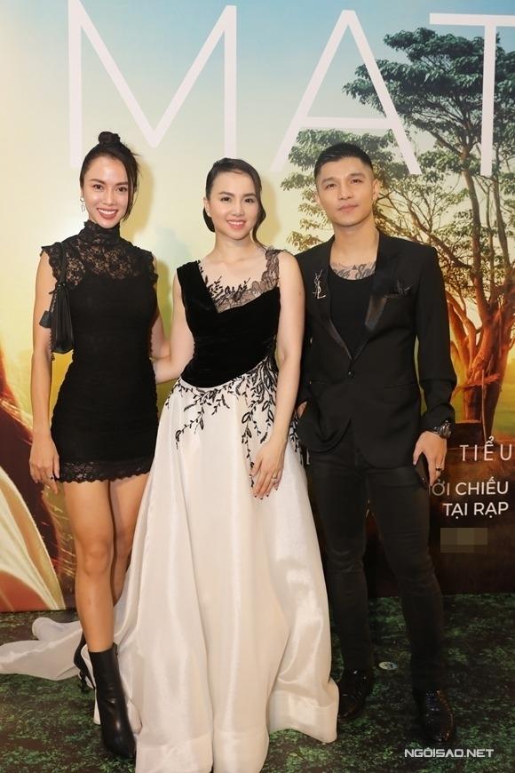 Cường Seven cùng Vũ Ngọc Anh (trái) chúc mừng nhà sản xuất Đinh Ngọc Diệp ra mắt phim Mắt biếc.