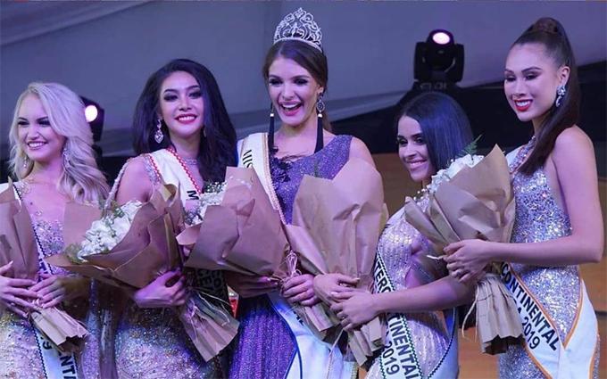 Tân hoa hậu bên các Á hậu: Người đẹp Thái Lan (Á hậu 1), Mỹ (Á hậu 2), Nam Phi (Á hậu 3), Peru (Á hậu 4). Đại diện của Việt Nam là Á hậu Thúy An không giành được thành tích nào.