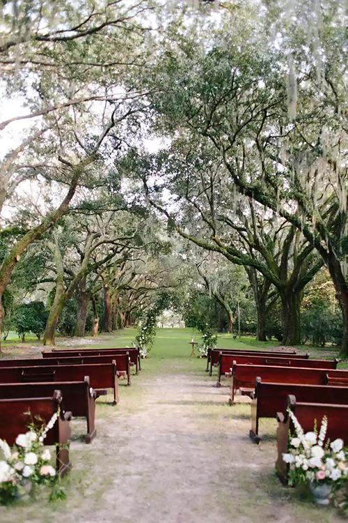 4. Băng ghế dàiLoại ghế vốn được dùng cho không gian tại nhà thờ cũng có thể sử dụng cho hôn lễ ngoài trời. Cô dâu chú rể có thể sắp xếpthêm gối, hoa cỏ để không gian thêm lãng mạn, sinh động.