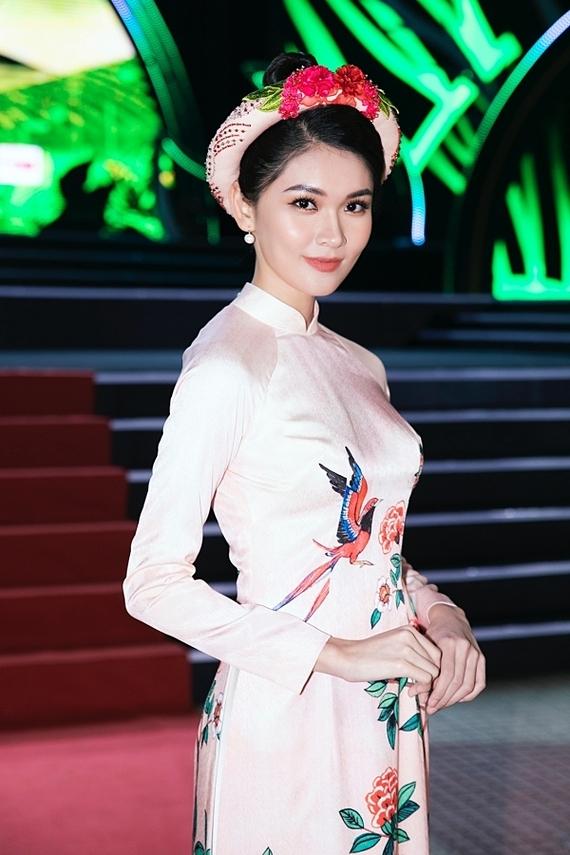 Á hậu Việt Nam 2016 Thùy Dung vừa trở về Mỹ sau chuyến du lịch cùng bạn trai. Cô diện áo dài của nhà thiết kế Tùng Vũ, đảm nhận dẫn dắt lễ khai mạc. Dù lần đầu lên sóng trực tiếp một chương trình lớn, người đẹp hoàn thành suôn sẻ bời có nhiều kinh nghiệm làm MC trước đó.