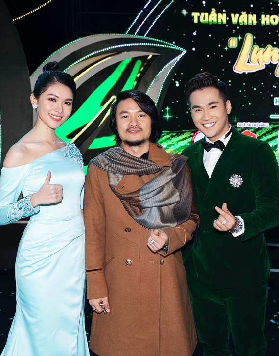 Thuỳ Dung chụp ảnh cùng tổng đạo diễn Hoàng Nhật Nam (giữa), MC Trí Thuận.