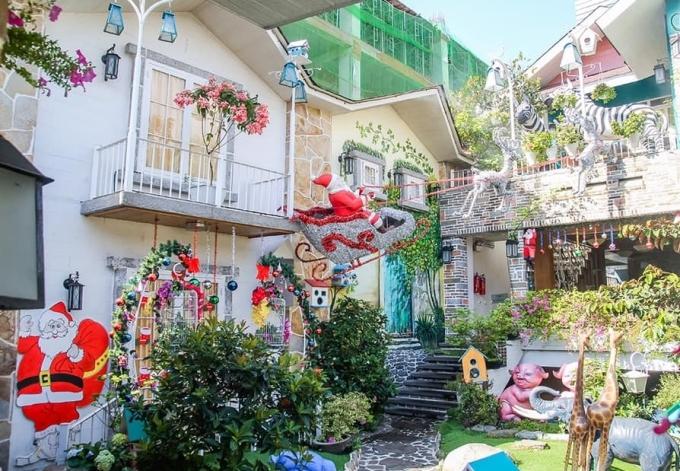 Cứ đến mùa Giáng sinh, quán lại thay đổi cách trang trí đúng chủ đề. Đặc biệt, khu vườn nhỏ trên tầng 3
