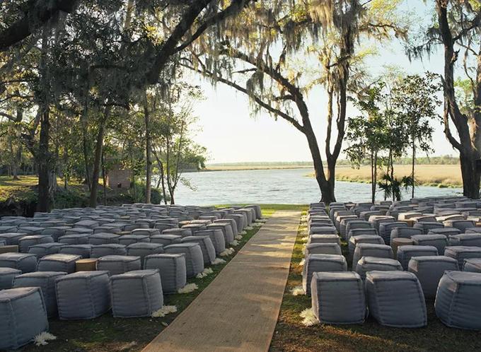 6. Ghế pouf vuôngNgoài lựa chọn ghế pouf tròn, cô dâu chú rể cũng có thể sử dụng ghế pouf vuông. Bạn nên sắp xếp sao cho các ghế có khoảng hở để khách đặt đồ đạc như túi xuống bên cạnh ghế.