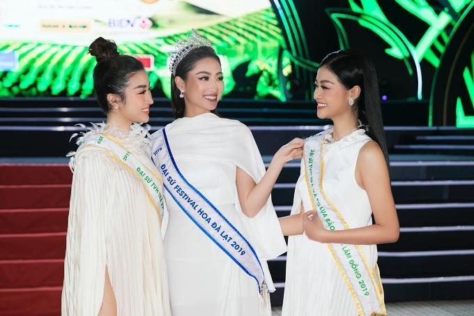 Từ trái qua: Hoa hậu Việt Nam - Đỗ Mỹ Linh, Hoa hậu Thế giới Việt Nam - Lương Thùy Linh, á hậu Kiều Loan cùng diện trang phục đồng điệu trên thảm đỏ.