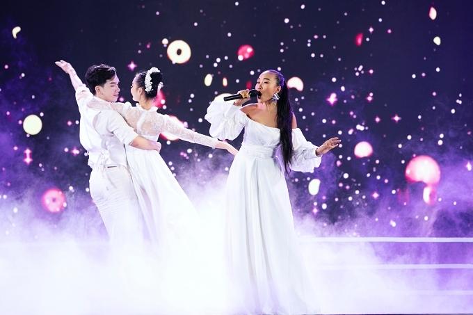 Ca sĩ Đoan Trang khoe giọng hát qua ca khúc Cảm ơn một đóa xuân ngời.
