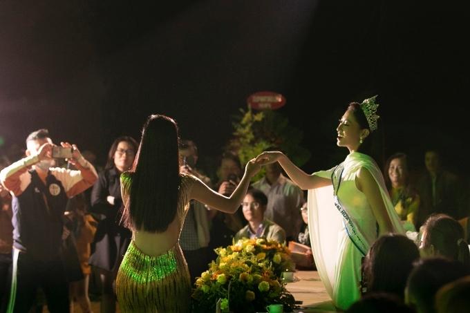 Kiều Loan xuống giao lưu với khán giả và hoa hậu Lương Thuỳ Linh.