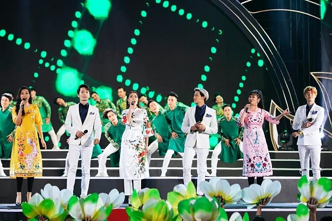 Ca sĩ Phương Ly, Phương Trang, Tuyết Mai và nhóm The Wings kết hợp trong tiết mục Thành phố tơ trà.