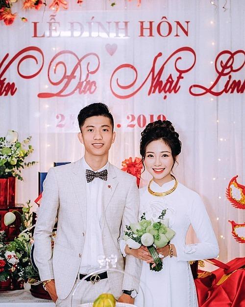 Phan Văn Đức và cô dâu Võ Nhật Linh trong đám hỏi.