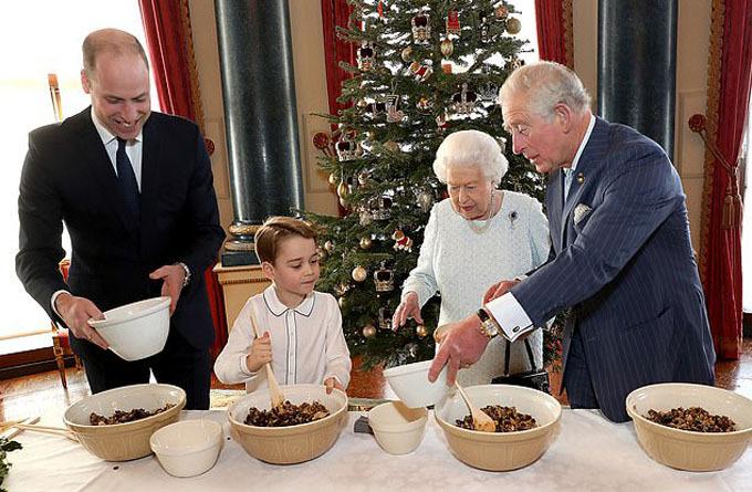 Mỗi người làm một chiếc bánh pudding của riêng mình trước khi cho vào lò nướng. Ảnh: Buckingham Palace.