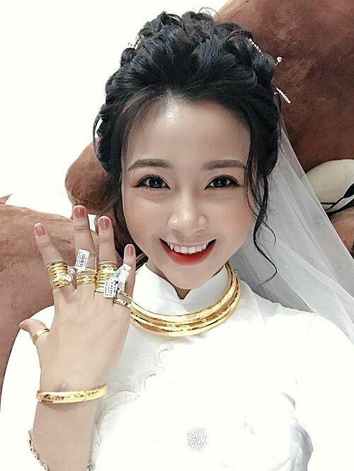 Cô dâu nhí nhảnh khoe vàng cưới đeo đầy tay.
